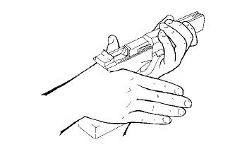 Position de la main sur la crosse : vue arrière